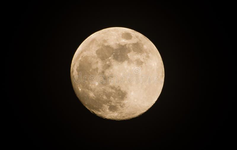 Lune sur l'obscurité images stock