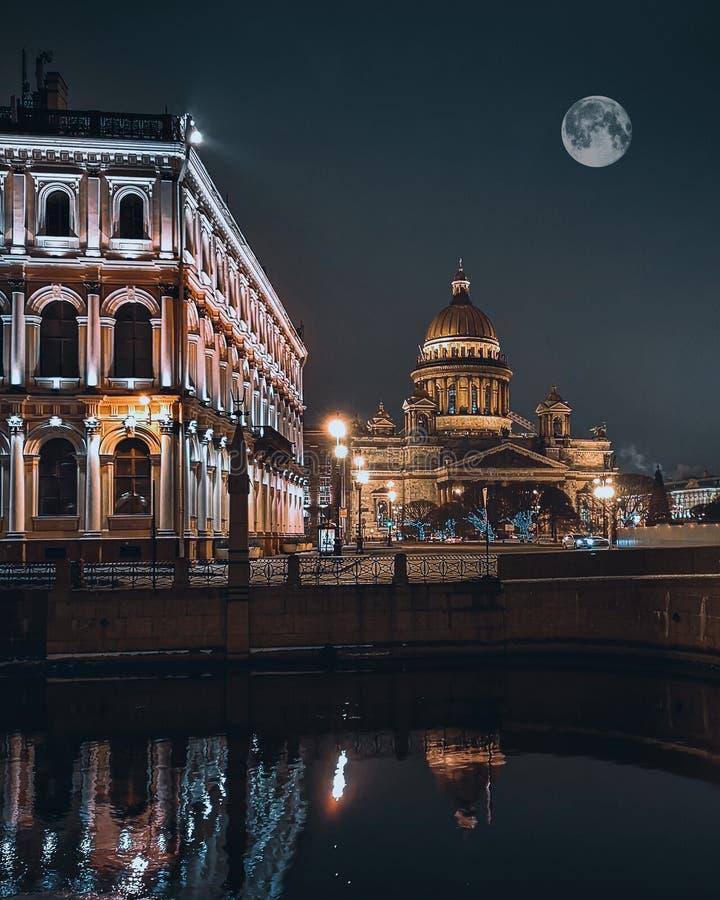 Lune sur la cathédrale de St Isaac image libre de droits