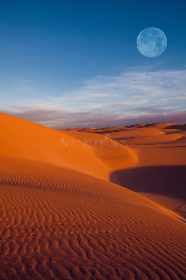 Lune sur le désert photographie stock