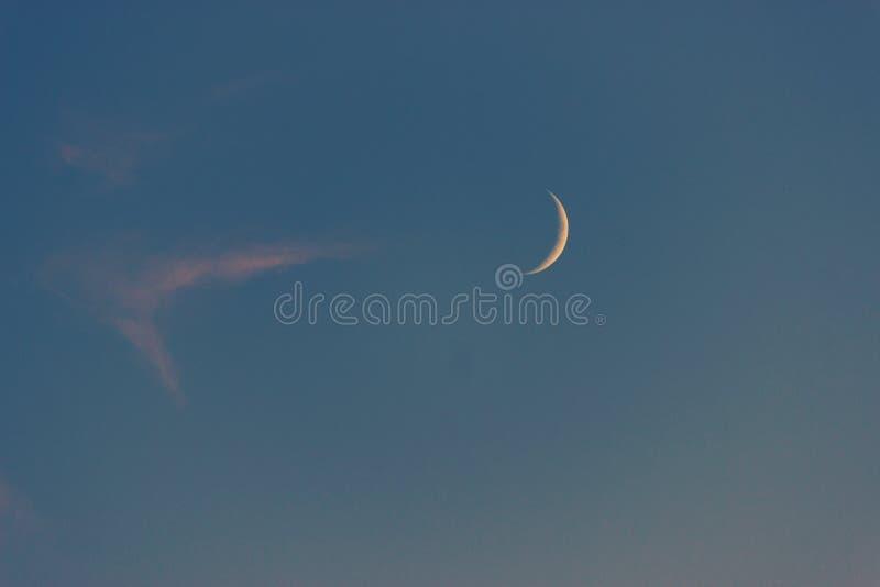 Lune sur un ciel bleu photographie stock