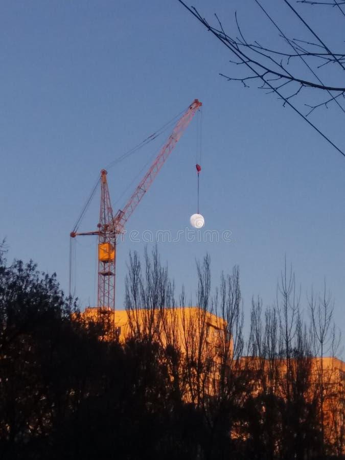 lune sur une grue photos libres de droits