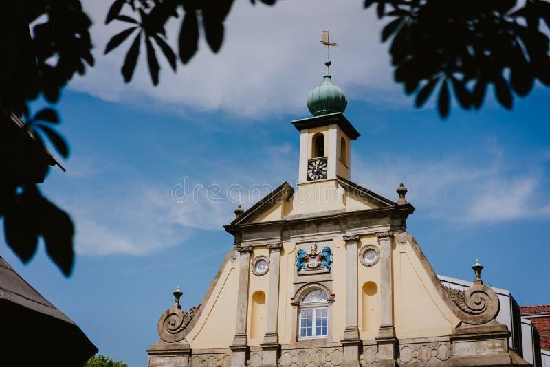 LUNEBURG, ALEMANHA - 24 DE MAIO DE 2018: Construção barroco do zellow na cidade histórica de Lueneburg, Alemanha imagem de stock