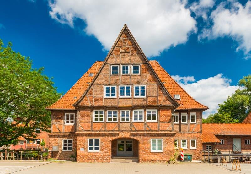 Luneburg, Deutschland: Altes Ziegelsteinfachwerkhaus in der traditionellen deutschen Architekturart stockfotografie