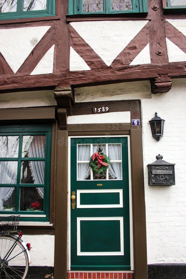 Luneburg, Niemcy - 10 12 2017: Tradycyjne fasady średniowieczni domy Dekorujący dla Bożenarodzeniowych drzwi i okno zdjęcie stock