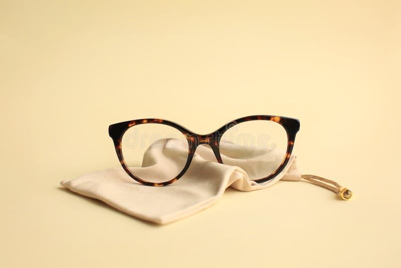 Lunettes à la mode modernes d'acétate avec le sac de textile photos stock