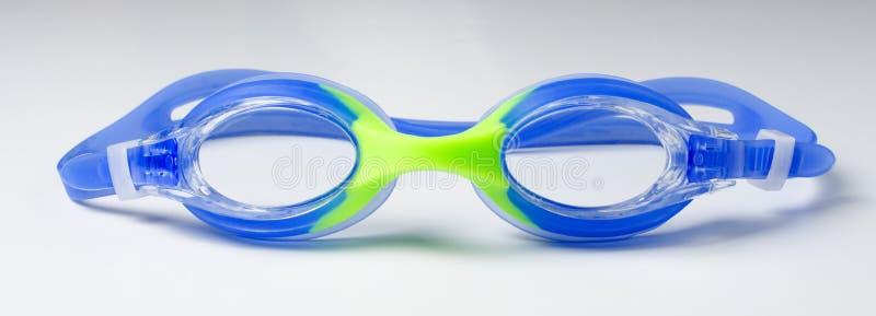 Lunettes bleues pour nager sur fond blanc photographie stock