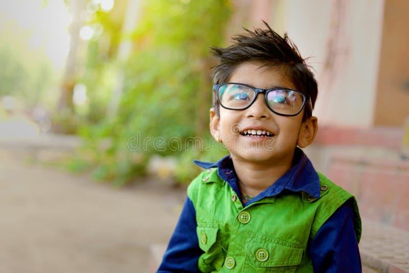 Lunettes de port d'enfant indien images libres de droits