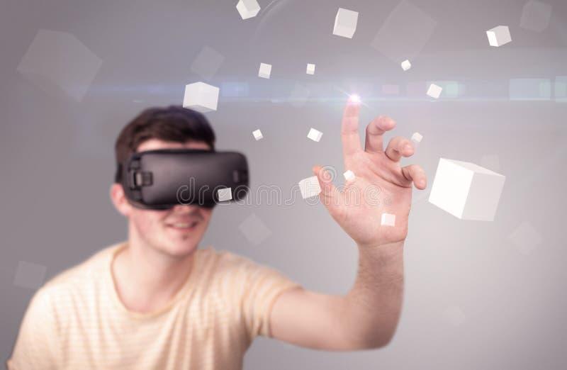 Lunettes de port de réalité virtuelle d'homme photographie stock libre de droits