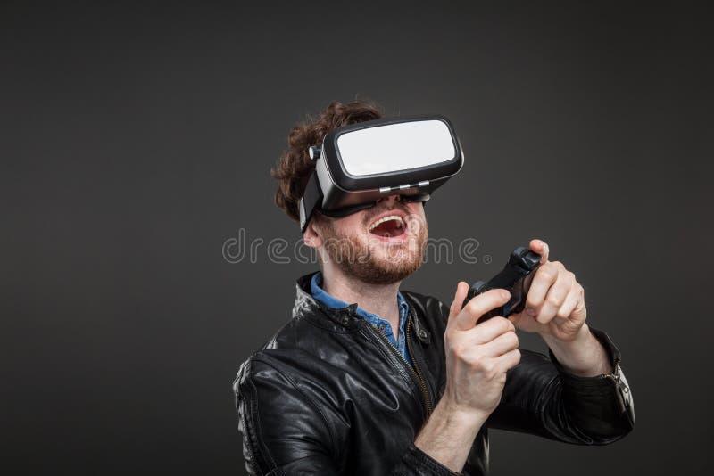 Lunettes de port de réalité virtuelle d'homme image stock