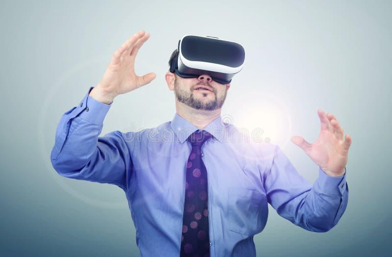 Lunettes de port de réalité virtuelle d'homme barbu image stock