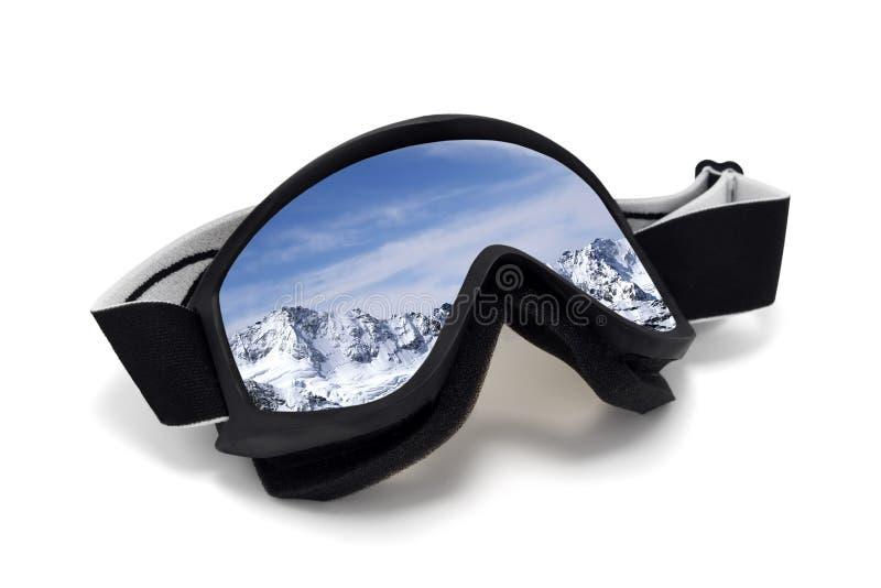 Lunettes de ski avec la réflexion des montagnes neigeuses d'hiver images libres de droits