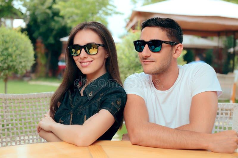 Lunettes de soleil à la mode assorties de port de mode de couples frais images stock
