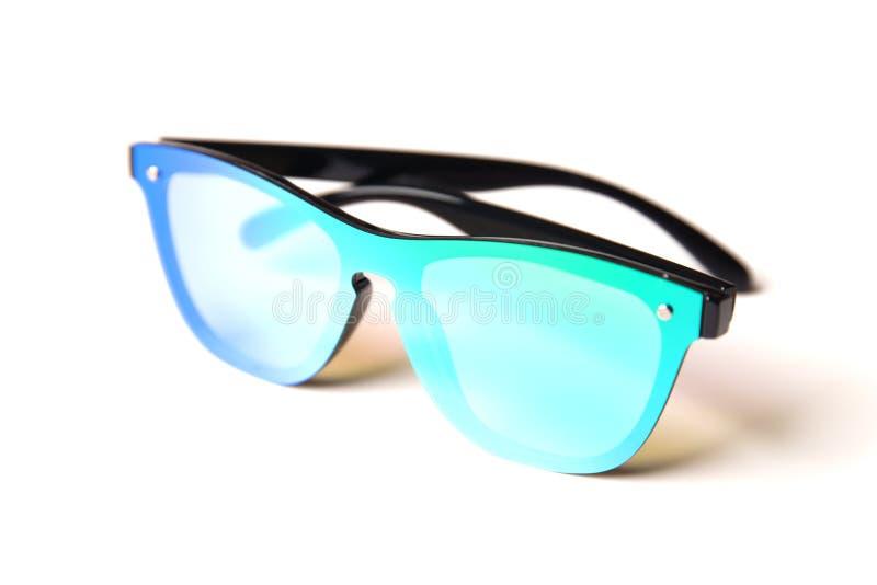 Lunettes de soleil élégantes avec les lentilles bleu-vert de miroir d'isolement sur le fond blanc image libre de droits
