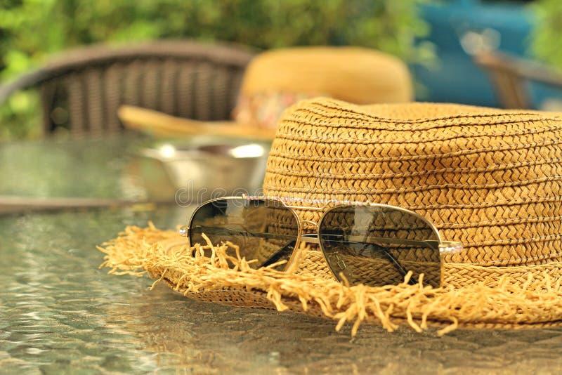 Lunettes de soleil avec des chapeaux de paille photo libre de droits