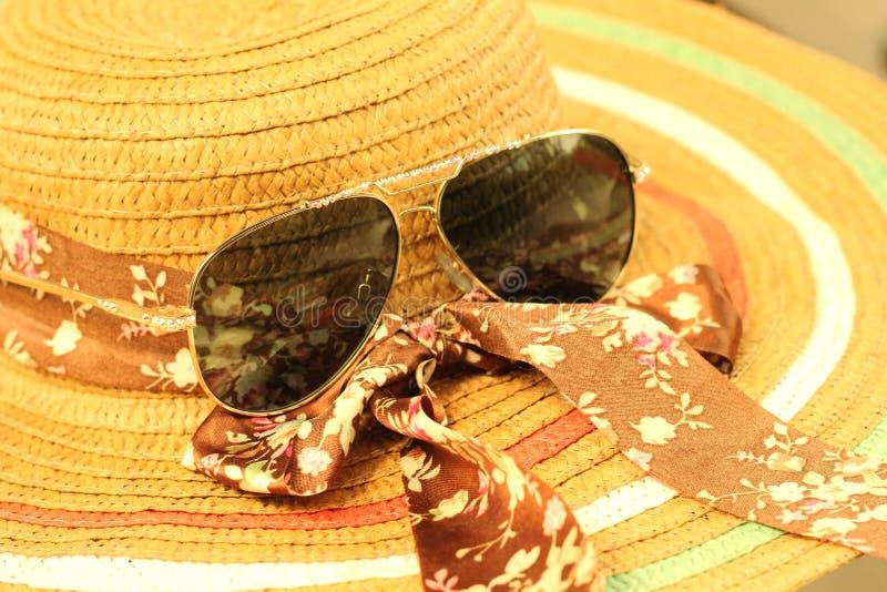 Lunettes de soleil avec des chapeaux de paille images stock