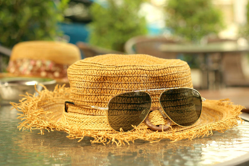 Lunettes de soleil avec des chapeaux de paille photos libres de droits