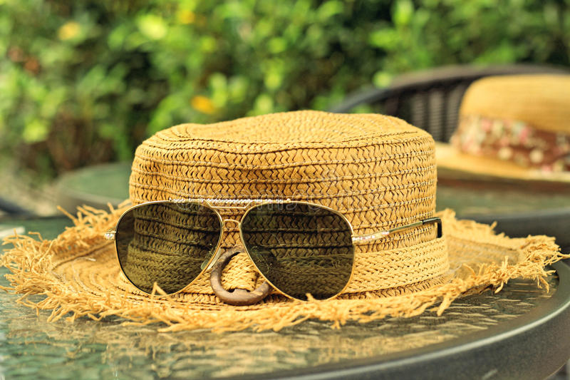 Lunettes de soleil avec des chapeaux de paille images libres de droits