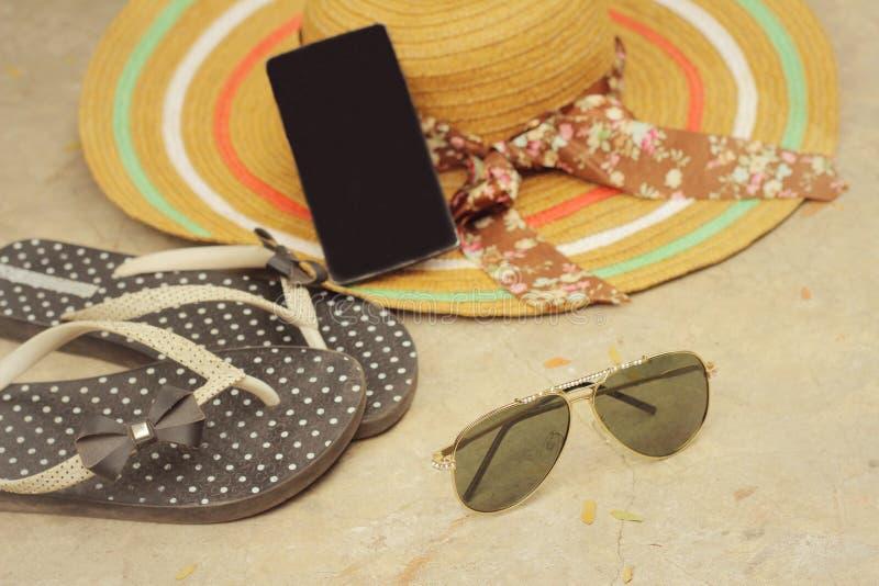 Lunettes de soleil avec l'été d'accessoires image stock