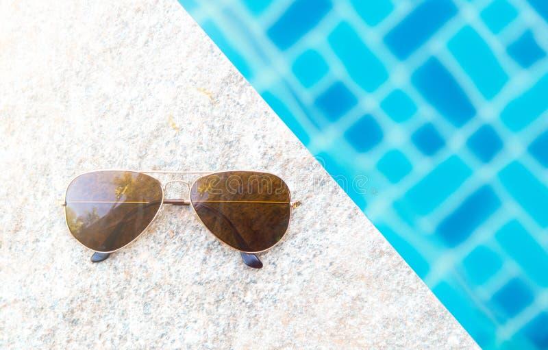 Download Lunettes De Soleil Avec La Lumière Naturelle Sur Le Poolside Photo stock - Image du moderne, regroupement: 87709864