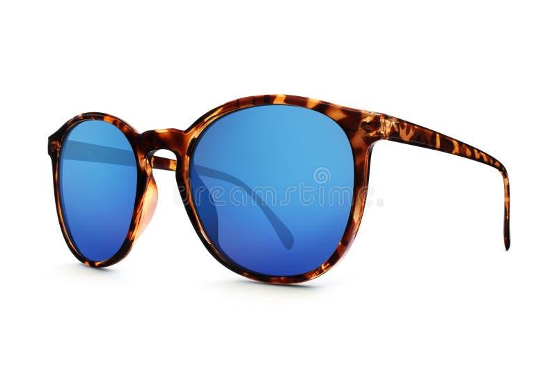 Lunettes de soleil avec le miroir bleu de lentilles d'isolement sur le fond blanc image libre de droits
