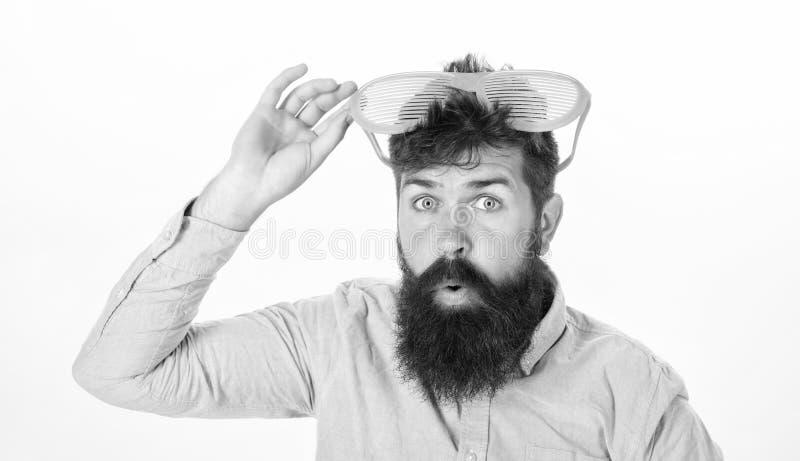 Lunettes de soleil barbues d'usage d'homme Comment ?tre pr?t pour les vos vacances prochaines Le volet d'usage de hippie ombrage  photo libre de droits