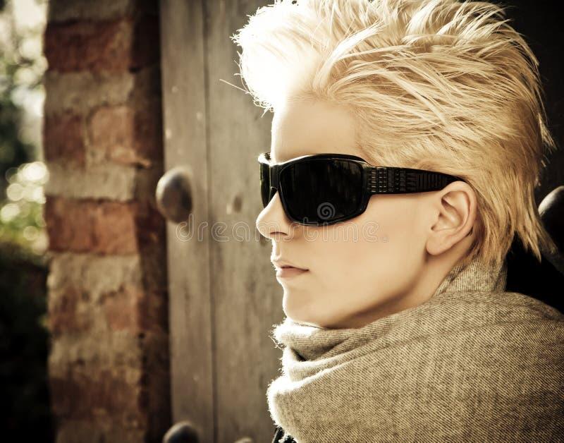 lunettes de soleil blondes s'usant des jeunes images libres de droits