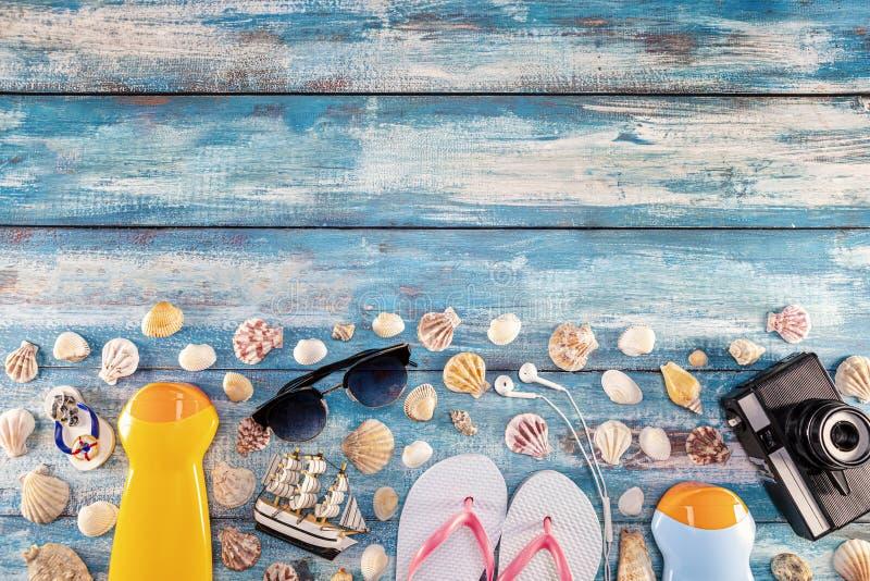 Lunettes de soleil de caméra de film d'accessoires de plage les rétros la bascule électronique et la coquille de mer sur en bois photo stock