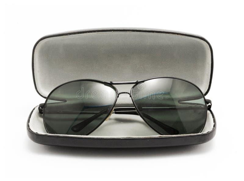 Lunettes de soleil dans la valise ouverte par noir photos libres de droits