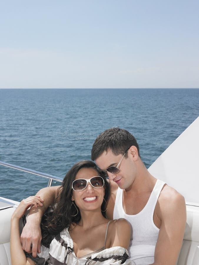 Lunettes de soleil de port de couples sur le yacht photos libres de droits