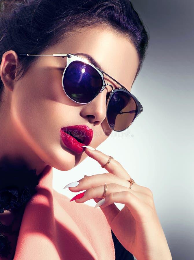 Lunettes de soleil de port de fille modèle sexy photos libres de droits