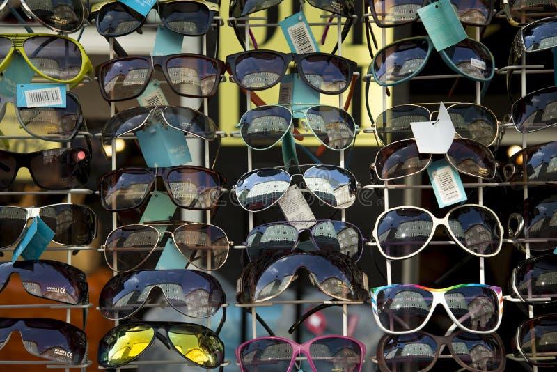 Lunettes de soleil en vente photographie stock libre de droits