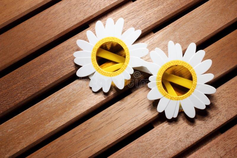 Lunettes de soleil de forme de fleur images stock
