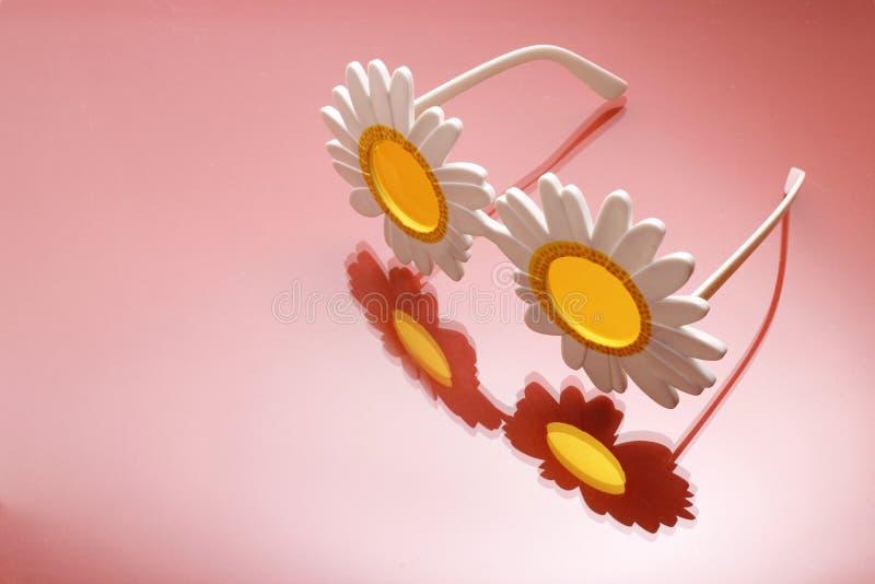 Lunettes de soleil de forme de fleur photo stock