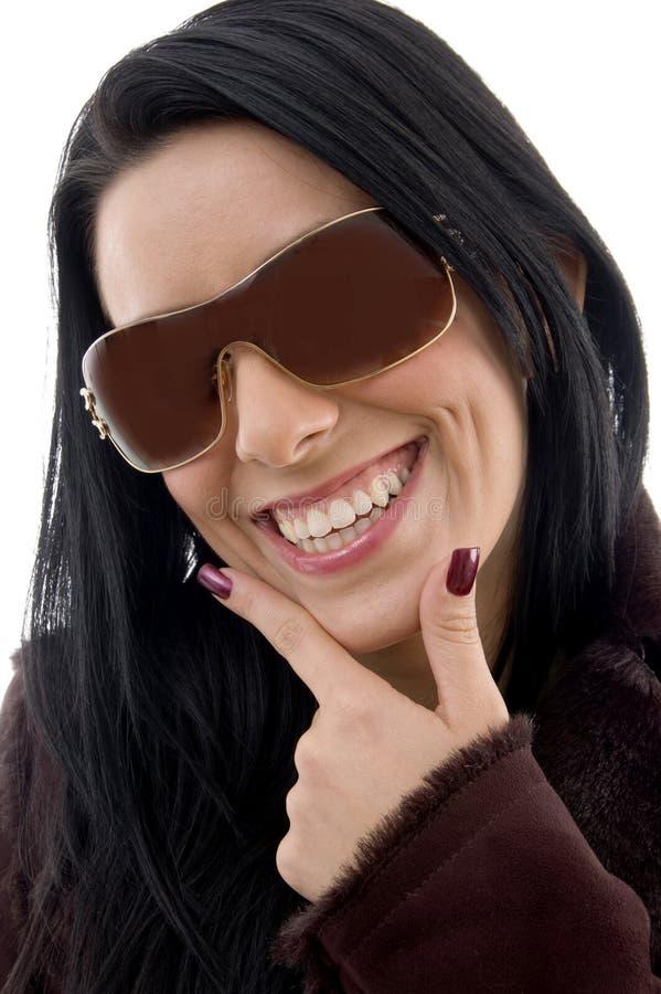 lunettes de soleil heureuses femelles de backgro s'usant le blanc photographie stock