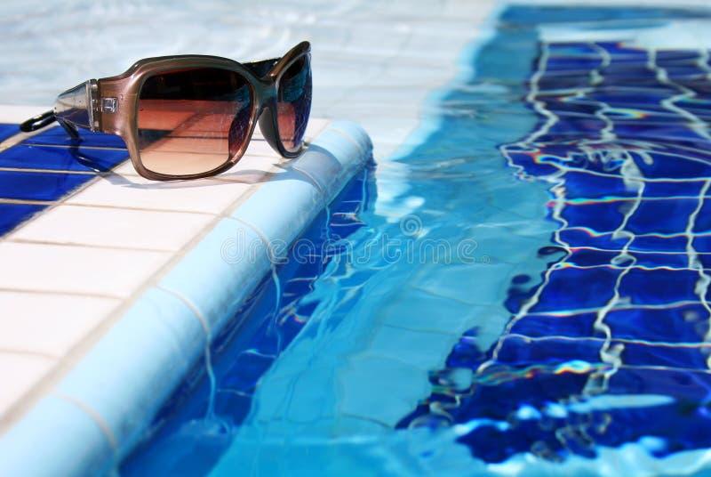 Lunettes de soleil par Pool images stock