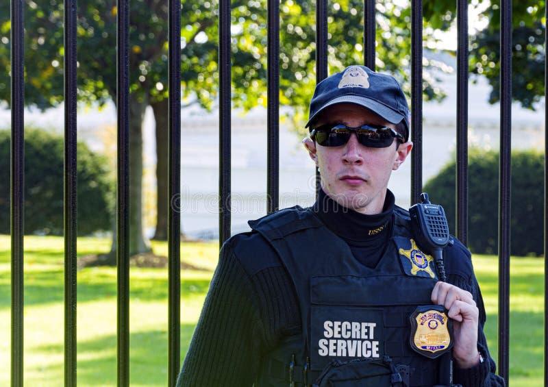 Lunettes de soleil de port de jeune dirigeant et l'uniforme du service secret américain gardant la Maison Blanche à Washington D  image stock