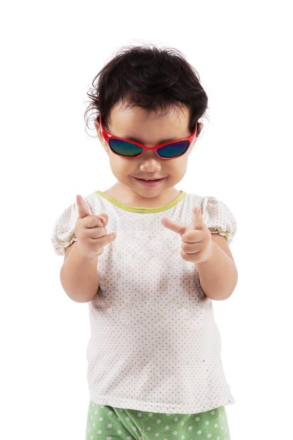 Lunettes de soleil de port mignonnes de petite fille sur le studio photo libre de droits