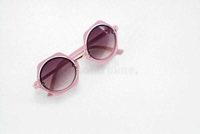 Lunettes de soleil roses douces pour des femmes photos libres de droits