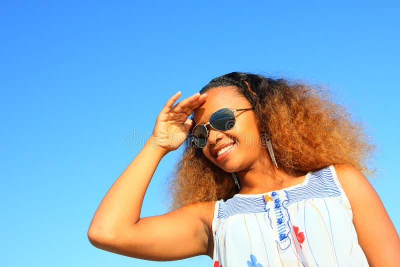 Lunettes de soleil s'usantes de femme photographie stock