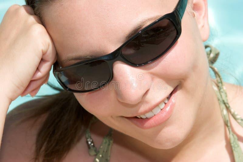 Lunettes de soleil s'usantes de femme photos stock