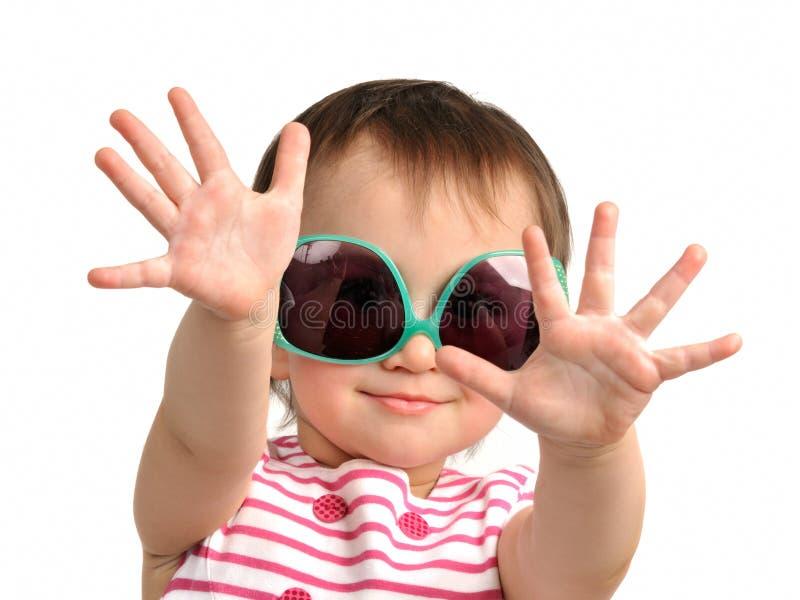 Lunettes de soleil s'usantes mignonnes de petite fille images stock