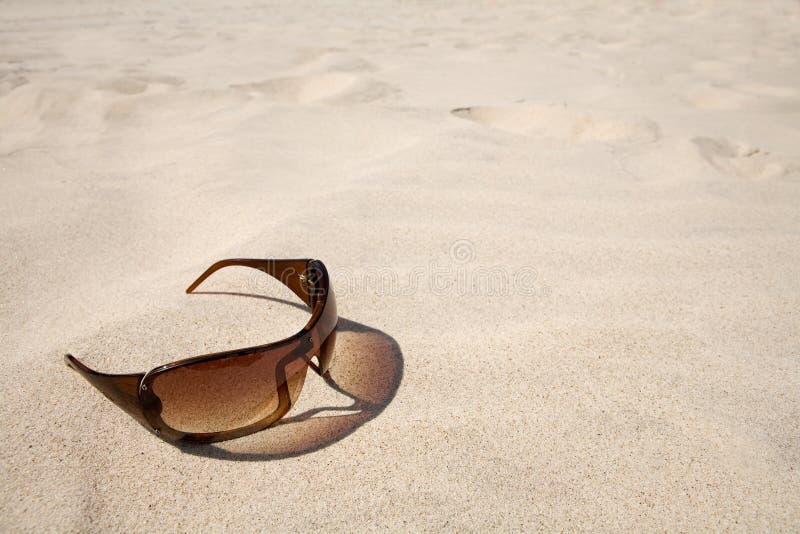 Lunettes de soleil sur la plage. photographie stock