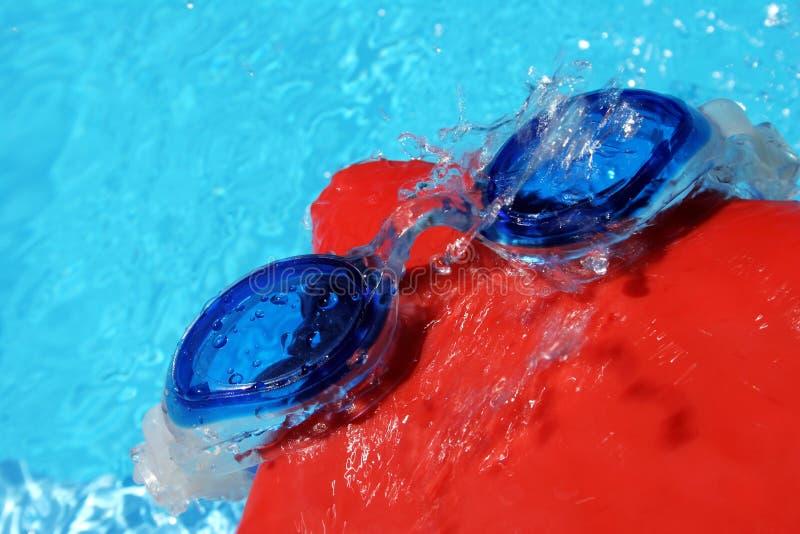 Lunettes et capuchon de natation photographie stock libre de droits