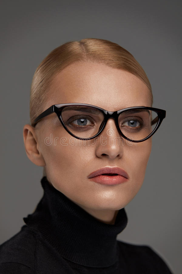 Lunettes femelles Belle femme en verres, Eyewear photographie stock