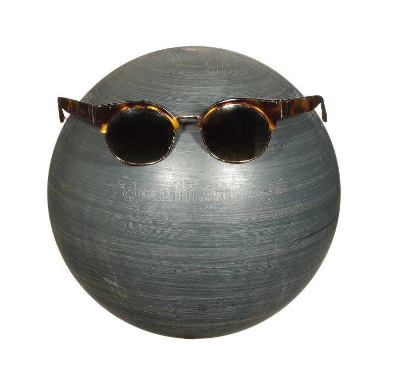 Lunettes foncées sur une boule en plastique noire d'isolement sur le fond blanc photos stock