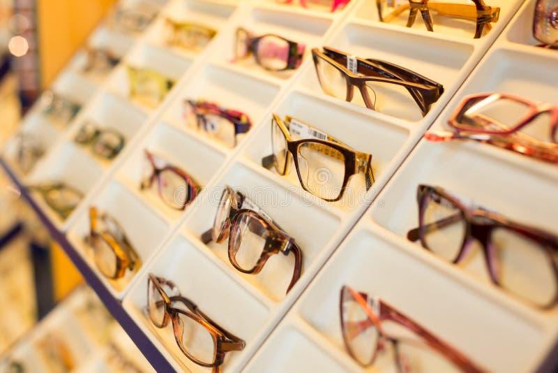 Lunettes, nuances et lunettes de soleil dans la boutique de l'optométriste photo stock
