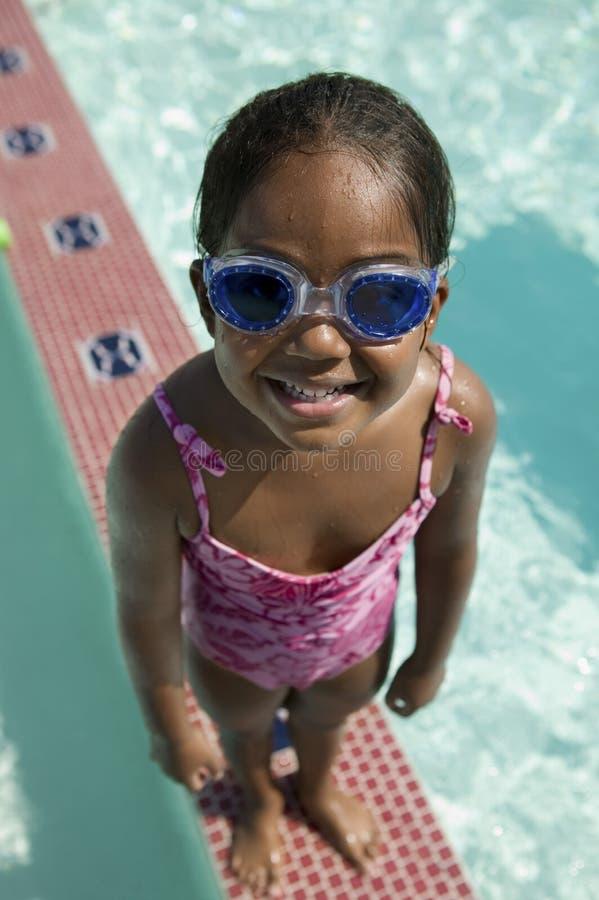Lunettes s'usantes de bain de la fille (5-6) image libre de droits