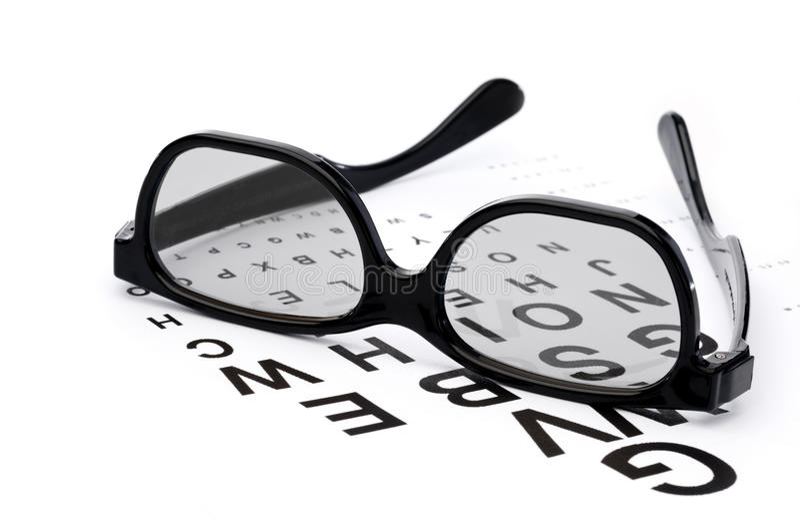 Lunettes sur un diagramme d'examen d'oeil photo stock