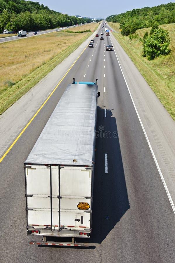 Lunga strada avanti con il camion lungo fotografia stock libera da diritti