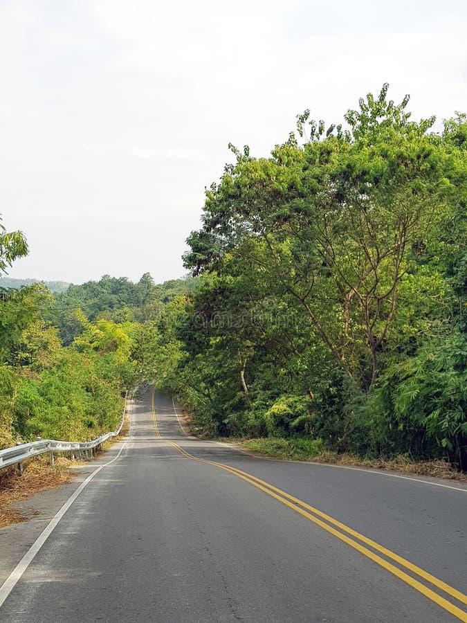 Lunga strada sulla collina di Khao-kho, provincia di Phetchabun, Tailandia fotografia stock
